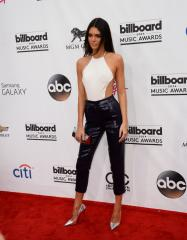 Kendall Jenner flubs her lines at the Billboard Music Awards [VIDEO]