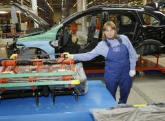 Russian car market falls, industry cuts back