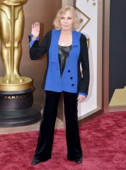 Kim Novak's stiff appearance sets off Twitter
