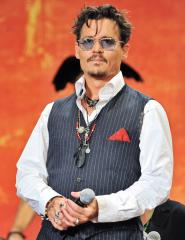 Johnny Depp drops trou on the set of 'Mortdecai'