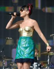 Lily Allen gives away free tickets for her Glastonbury performance