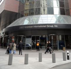Bailed out AIG considers suing U.S.
