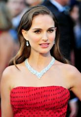 Natalie Portman wows with white dress, lighter hair