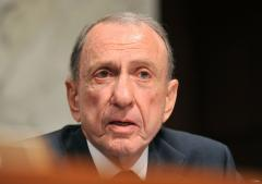 Arlen Specter takes stage at comedy club