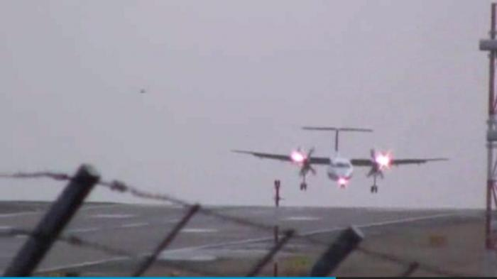 Airplane Landings in Wind Watch Wind Blows Landing