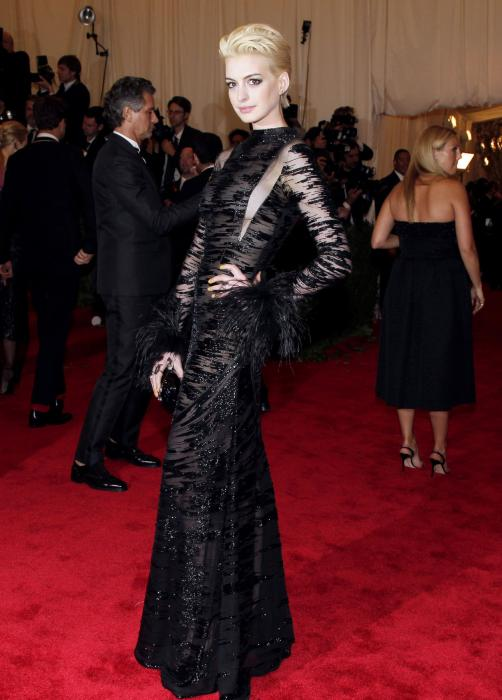 Anne Hathaway Dyes Hair Blonde For Met Ball Upi Com