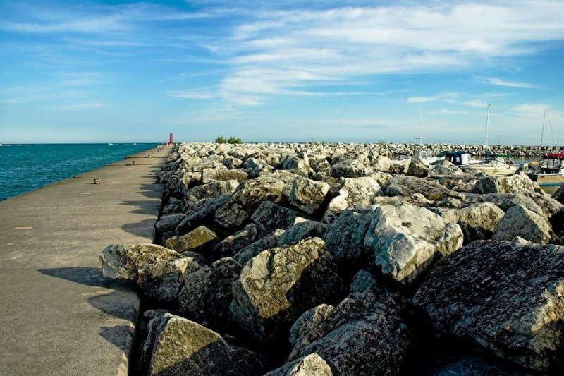 2 men missing after high waves sweep them into Lake Michigan