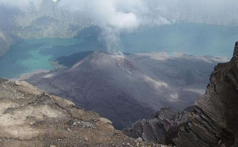Tourists trapped on Indonesian volcano