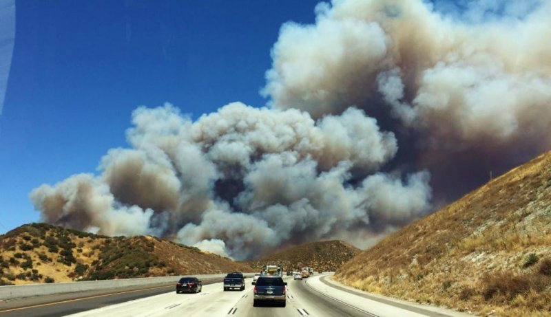 Quick-moving wildfire shuts Interstate 15 in San Bernardino Mountains