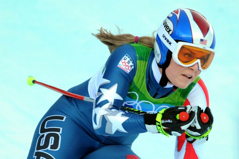 Lindsey Vonn crashes during race, suffers hairline fracture