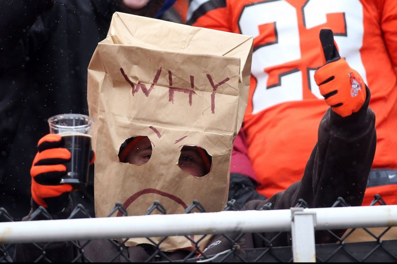 Browns finally win, but RGIII hurt and No. 1 pick in jeopardy
