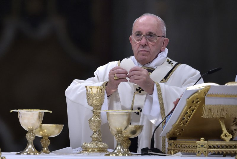 Pope to include women in foot washing rite