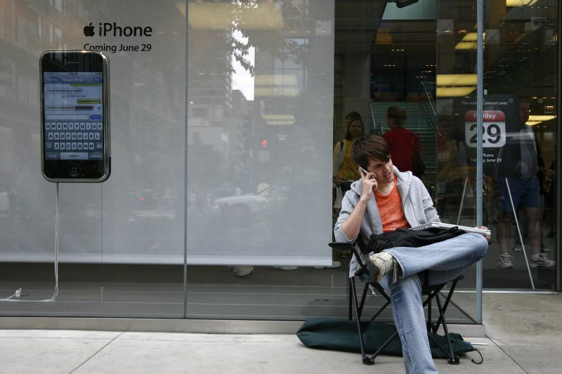 iPhone 2014,2015 Men-camping-out-for-