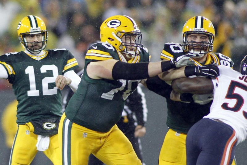 Favre throws kind words at Packers successor, Rodgers