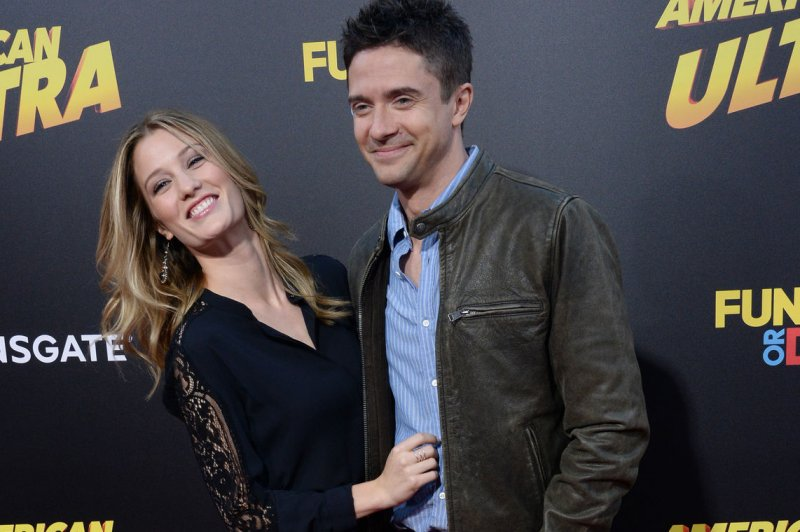 news topher grace married that show star weds ashley hinshaw private ceremony