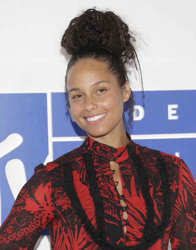 Alicia Keys performs 'Empire State of Mind' with Jay Z in ...
