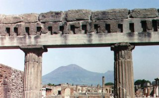 //cdnph.upi.com/sv/em/i/UPI-1861397760977/2014/1/13977618192607/Buried-city-of-Pompeii-unveils-three-new-houses.jpg
