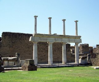 http://cdnph.upi.com/sv/em/i/UPI-4201405618446/2014/1/14056187941367/Work-to-save-Pompeii-to-be-accelerated.jpg