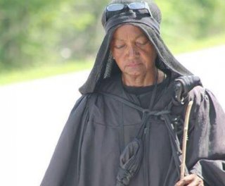 http://cdnph.upi.com/sv/em/i/UPI-4391406807642/2014/1/14068113708394/Who-is-the-Woman-in-Black-roaming-US-highways.jpg
