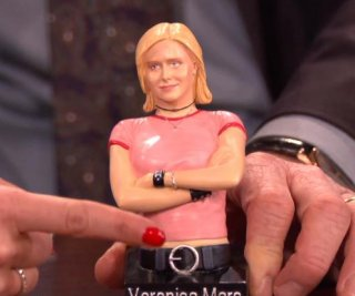 http://cdnph.upi.com/sv/em/i/UPI-6311390416293/2014/1/13904195064335/Kristen-Bell-cringes-laughs-at-terrible-Veronica-Mars-toy.jpg