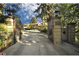 //cdnph.upi.com/sv/em/i/UPI-7241365600522/2013/1/13656028214889/Katy-Perry-is-selling-the-mansion-she-bought-with-Russell-Brand-for-69-million.jpg
