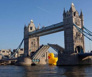 http://cdnph.upi.com/sv/em/i/UPI-86791355331832/2012/1/13553362421444/50-foot-rubber-duck-floats-down-Thames.jpg