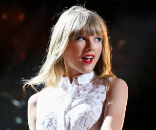 //cdnph.upi.com/sv/em/upi/UPI-1521377042802/2013/1/d128bff31543351ff4b58ce539f5c711/Taylor-Swift-is-still-making-jokes-about-Kanye-Wests-VMAs-interruption.jpg