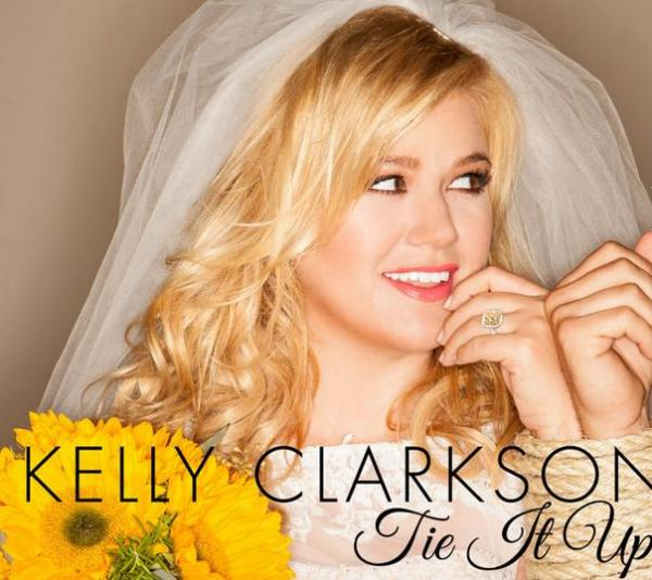 Kelly Clarkson loses her engagement ring before CMA Festival