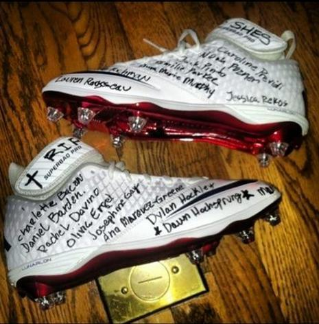 Football player wrote names of Newtown Conn. victims on his cleats for game against Jets [PHOTO]
