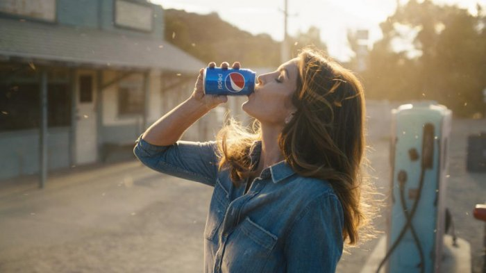 Cindy Crawford recreates her famous Pepsi Super Bowl ad 26 years later