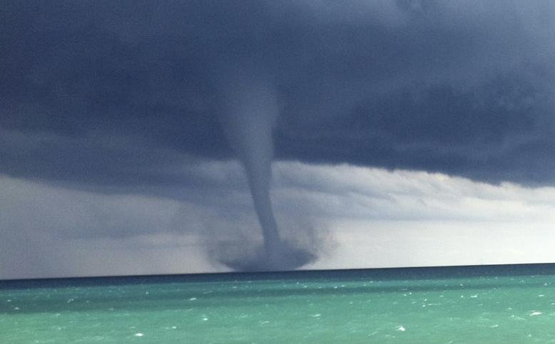 Waterspouts Form On Lake Michigan Upi Com