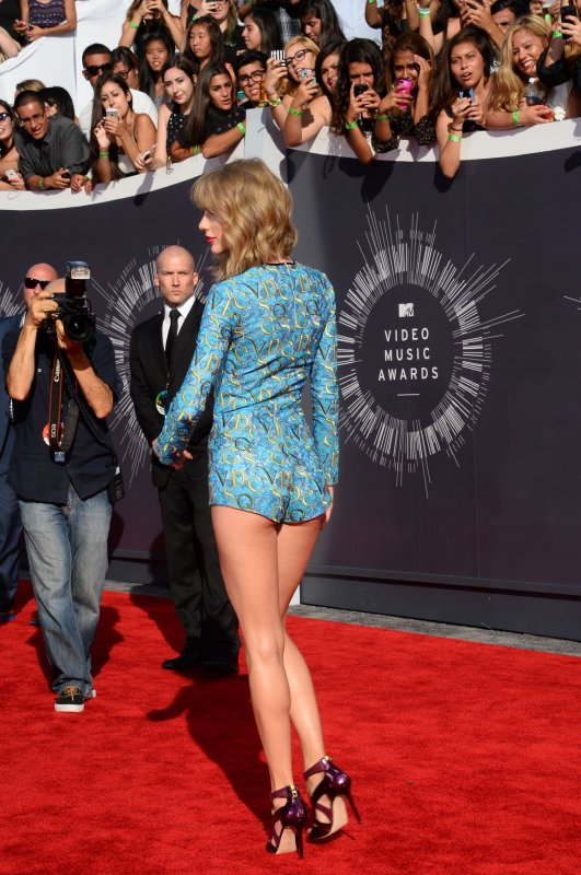 taylor swift rocks short romper before mtv vmas show
