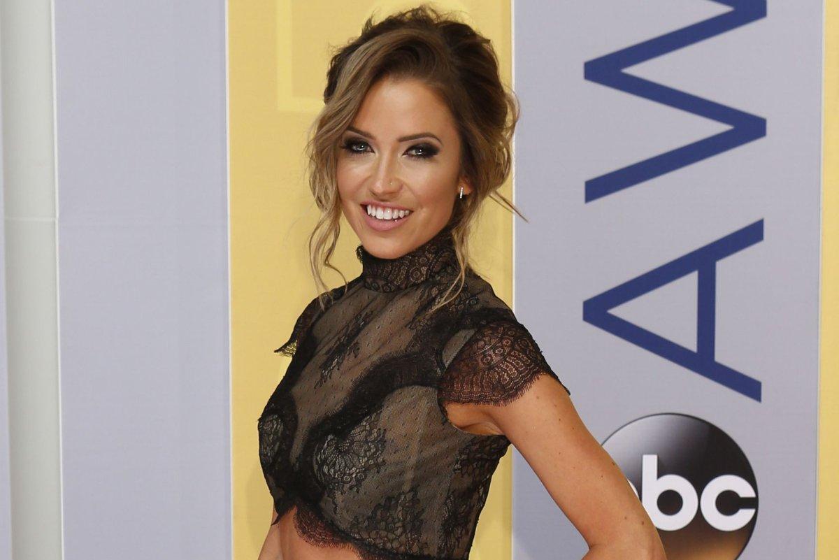 Bachelor Nick Viall Has Awkward Reunion With Andi Dorfman Kaitlyn Bristowe On Jimmy Kimmel Live