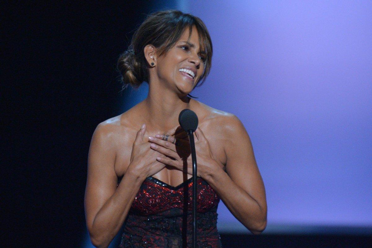Halle Berry Goes Sheer At 2018 Naacp Image Awards Upi Com