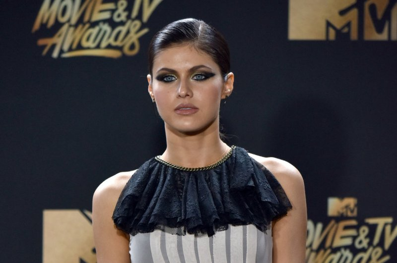 Zac Efron, Alexandra Daddario get close at MTV Movie & TV ...