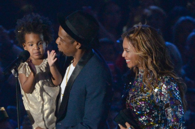 Blue Ivy helps Jay Z present Beyonce with VMA Vanguard ...