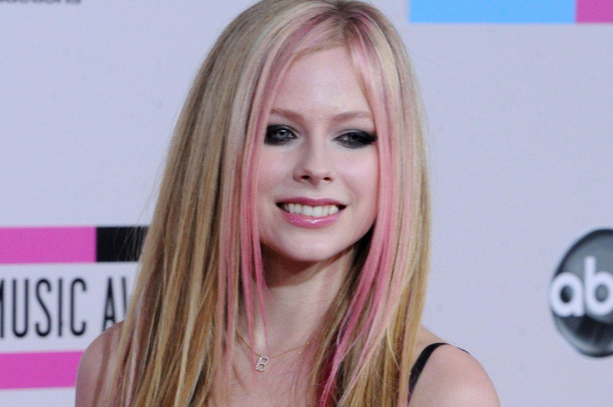 Avril Lavigne Debuts 17 Carat Diamond Anniversary Gift