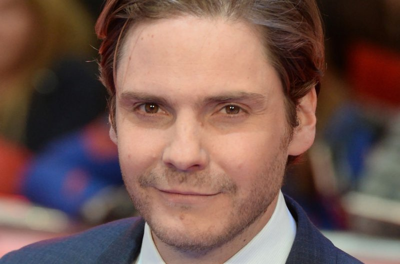 Daniel Bruhl, Dakota Fanning track a serial killer in ...