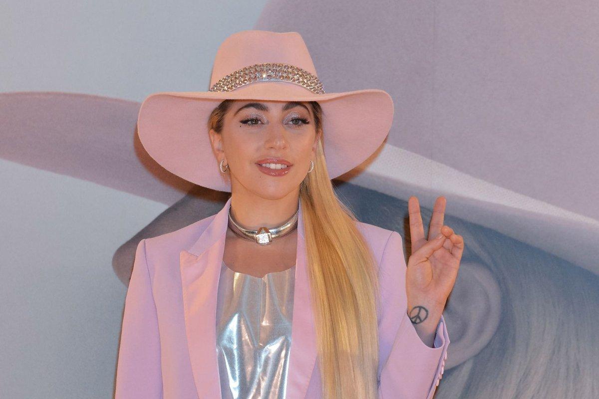 Lady gaga to portray donatella versace in 39 american crime for Donatella versace beach