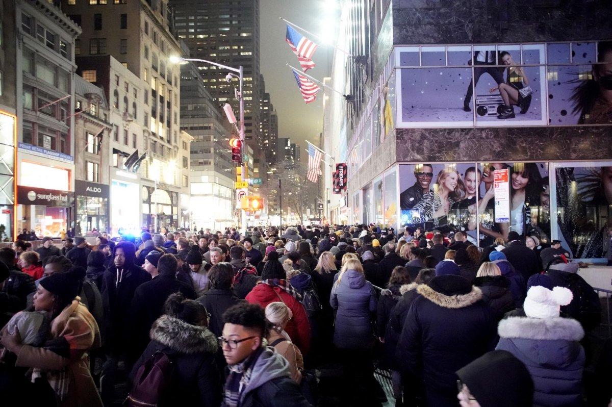 Thousands gather for annual lighting of Rockefeller Center Christmas tree - UPI.com