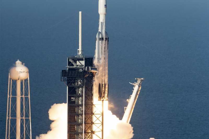 spacex heavy lift launch - 800×533
