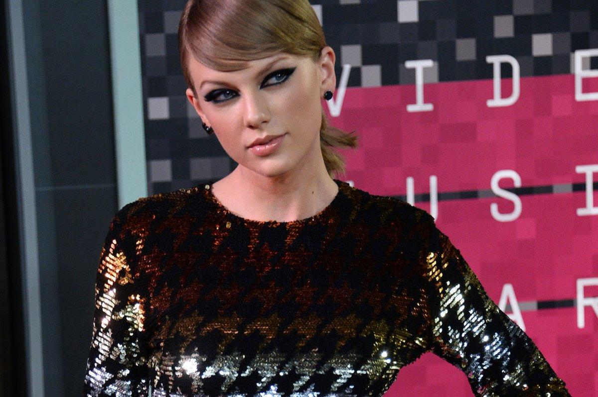 Taylor swift s wildest dreams video criticized upi com