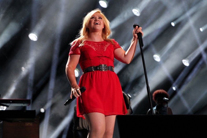 Kelly Clarkson Channels Game Of Thrones For Christmas