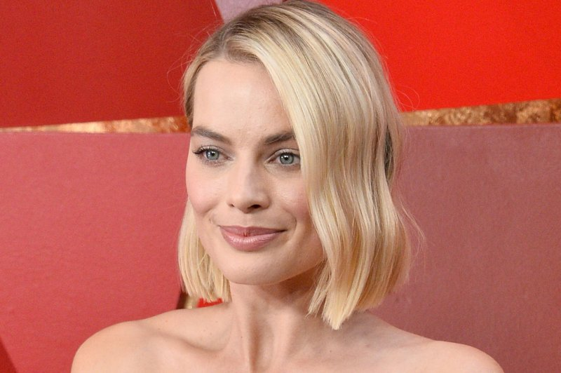 Saoirse Ronan Margot Robbie Stand Proud In New Mary