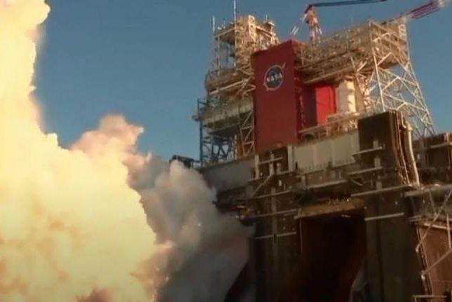 NASA's moon rocket roars to life during shortened test-firing