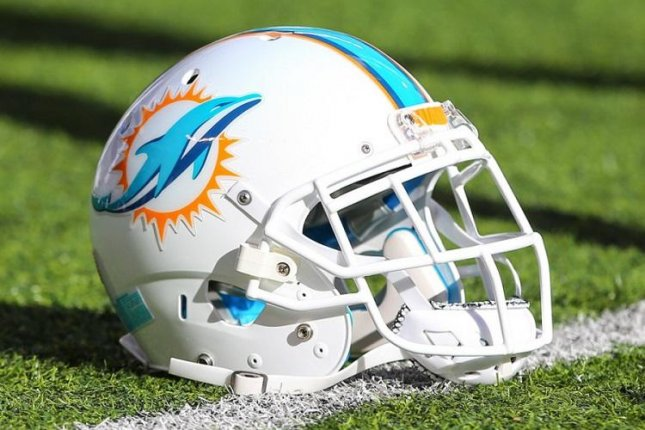 DE Hayes signs 1-year contract to remain with Dolphins