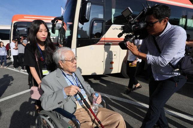 Paek Seong-gyu, 101, the oldest South Korean to reunite, heads to a bus to leave from Sokcho for a reunion for relatives separated by the 1950-53 Korean War at the Mount Kumgang resort on North Korea's east coast Monday. Pool Photo by Yonhap