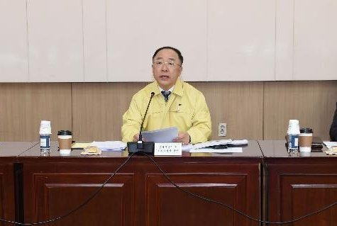 Finance Minister Hong Nam-ki speaks during a meeting of economy-related ministers on Thursday. The South Korean government plans to allow the delivery service of foreign currencies later this year to deal with the COVID-19 pandemic. Photo courtesy of the Finance Ministry