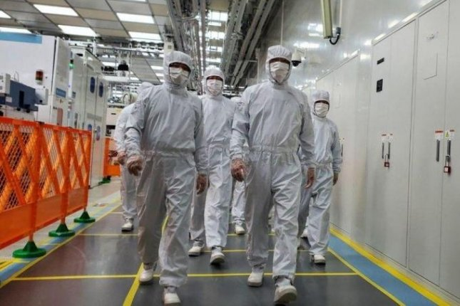 Samsung Electronics Vice Chairman Lee Jae-yong (R) inspects the company's memory chip plant in Xian, China. Photo courtesy of Samsung Electronics