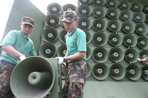 South Korean soldiers removing loudspeakers in August. Seoul has decided Friday to resume the propaganda broadcasts that criticize the Pyongyang regime. File Photo by Yonhap